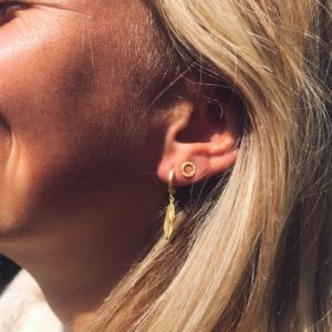 feather party hoop - round she goed studs oorbel goud